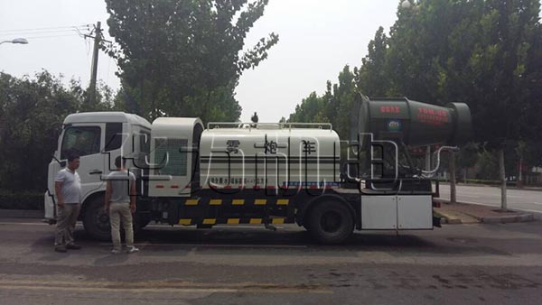 雾炮车在河北沧州环卫降尘